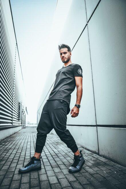 Pantaloni barbati din jerse BLACK DISTRICT cu turul lasat