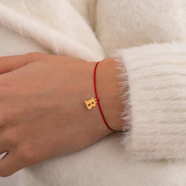 Bratara martisor cu snur rosu si initiala din argint placat cu aur 24K (minim 3 buc)