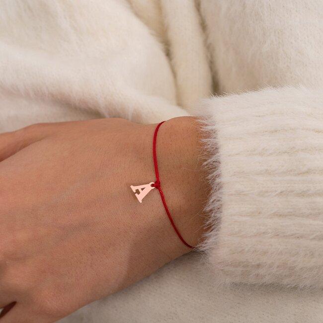 Bratara martisor cu snur rosu si initiala din argint placat cu aur roz 18K (minim 3 buc)